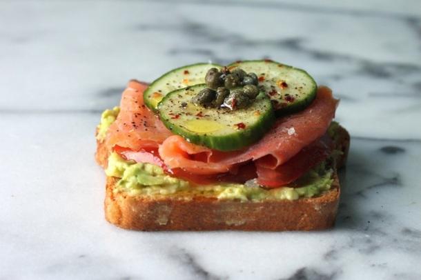 saumon-avocat-toast-healthyfood-fitskeen
